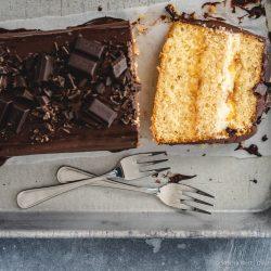 Tripe Chocolate Passionfrucht Cake Leysieffer 18 | Es geht so langsam Richtung Ostern. Unglaublich, oder?! Das Jahr hat doch gefühlt gerade erst angefangen und bald ist es schon wieder so weit, dass wir mit den Nichten im Garten auf Ostereiersuche gehen. Auf einen schönen Osterspaziergang mit der ganzen Familie freue ich mich auch jetzt schon. Und natürlich gehört eine leckere Torte dazu, die wir am Ostersonntag zum Kaffee auftischen. Und welche das sein wird, wissen wir schon jetzt. Denn wir haben sie schon einmal ausprobiert, damit unsere Idee auch zu Ostern kein Experiment mehr ist. Es wird ein Triple-Choc Passionfruit Cake.