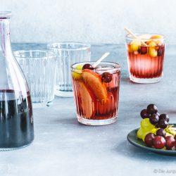 Bowle Saft 11 | Heute haben wir eine wunderbar fruchtige Bowle für euch dabei! Gerade an den warmen Tagen ist man doch für jede Abkühlung dankbar, oder? Aber warum irgendetwas trinken?! Eine erfrischende, alkoholfreie Bowle bringt euch perfekt durch den Tag. Deswegen solltet ihr unbedingt unsere Apfel-Trauben-Bowle mit Ginger Ale und Holunderbeere probieren.