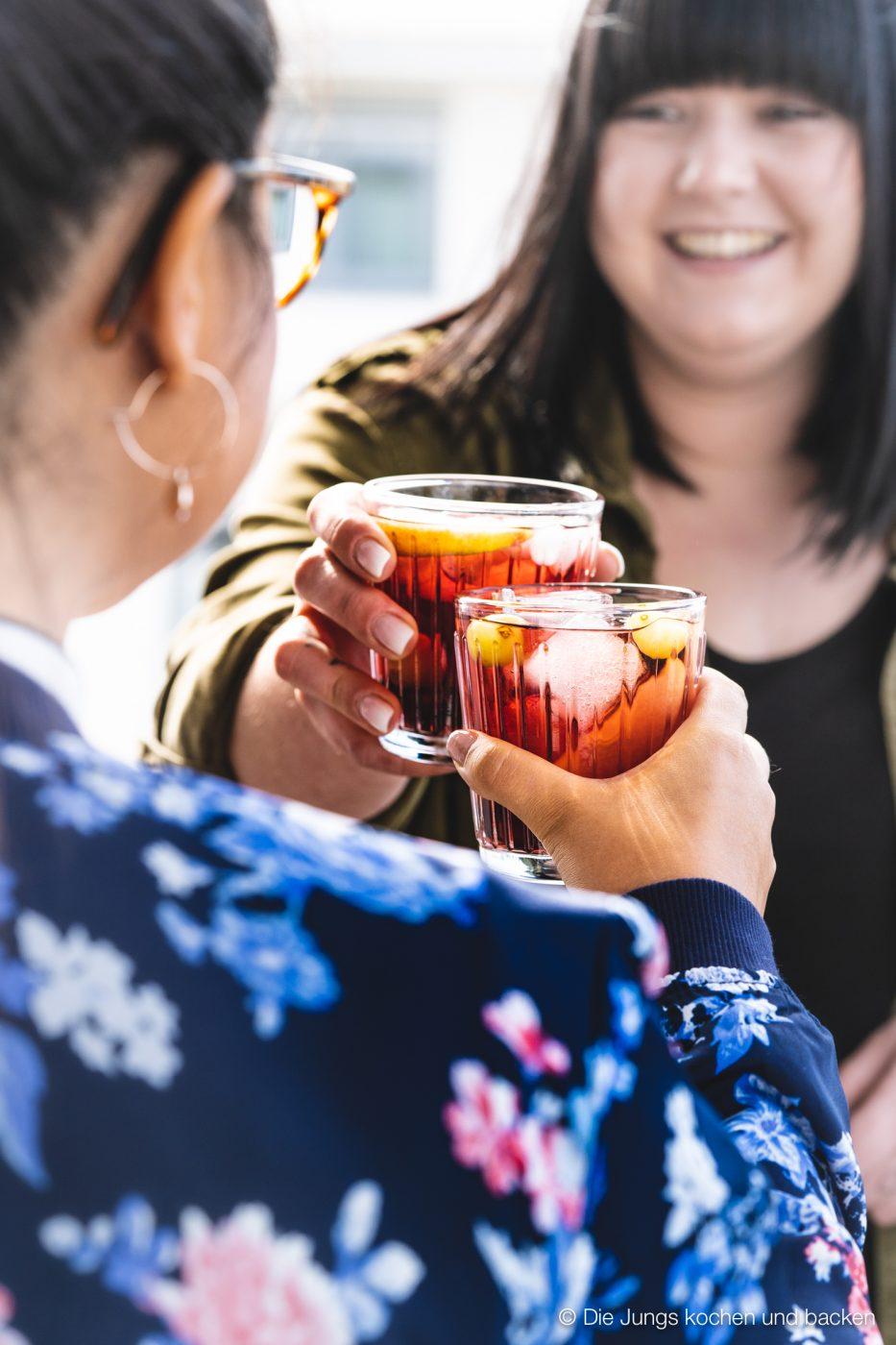 Bowle Saft 13 | Heute haben wir eine wunderbar fruchtige Bowle für euch dabei! Gerade an den warmen Tagen ist man doch für jede Abkühlung dankbar, oder? Aber warum irgendetwas trinken?! Eine erfrischende, alkoholfreie Bowle bringt euch perfekt durch den Tag. Deswegen solltet ihr unbedingt unsere Apfel-Trauben-Bowle mit Ginger Ale und Holunderbeere probieren.