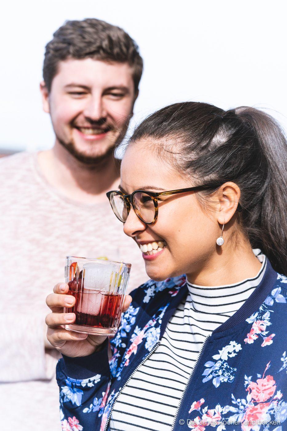 Bowle Saft 15 | Heute haben wir eine wunderbar fruchtige Bowle für euch dabei! Gerade an den warmen Tagen ist man doch für jede Abkühlung dankbar, oder? Aber warum irgendetwas trinken?! Eine erfrischende, alkoholfreie Bowle bringt euch perfekt durch den Tag. Deswegen solltet ihr unbedingt unsere Apfel-Trauben-Bowle mit Ginger Ale und Holunderbeere probieren.