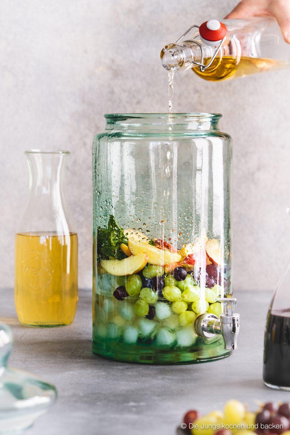 Bowle Saft 2 | Heute haben wir eine wunderbar fruchtige Bowle für euch dabei! Gerade an den warmen Tagen ist man doch für jede Abkühlung dankbar, oder? Aber warum irgendetwas trinken?! Eine erfrischende, alkoholfreie Bowle bringt euch perfekt durch den Tag. Deswegen solltet ihr unbedingt unsere Apfel-Trauben-Bowle mit Ginger Ale und Holunderbeere probieren.
