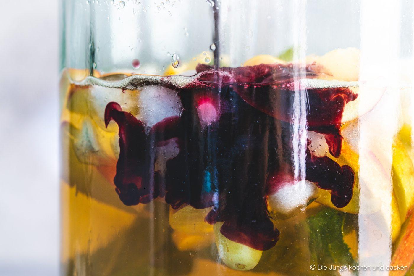 Bowle Saft 4 | Heute haben wir eine wunderbar fruchtige Bowle für euch dabei! Gerade an den warmen Tagen ist man doch für jede Abkühlung dankbar, oder? Aber warum irgendetwas trinken?! Eine erfrischende, alkoholfreie Bowle bringt euch perfekt durch den Tag. Deswegen solltet ihr unbedingt unsere Apfel-Trauben-Bowle mit Ginger Ale und Holunderbeere probieren.