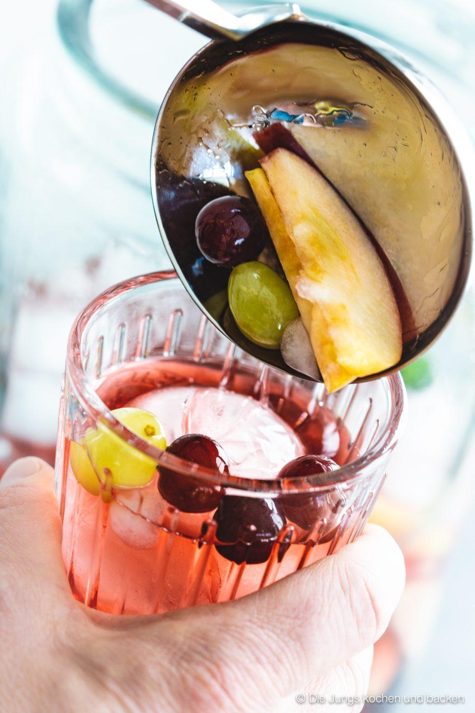 Bowle Saft 6 | Heute haben wir eine wunderbar fruchtige Bowle für euch dabei! Gerade an den warmen Tagen ist man doch für jede Abkühlung dankbar, oder? Aber warum irgendetwas trinken?! Eine erfrischende, alkoholfreie Bowle bringt euch perfekt durch den Tag. Deswegen solltet ihr unbedingt unsere Apfel-Trauben-Bowle mit Ginger Ale und Holunderbeere probieren.