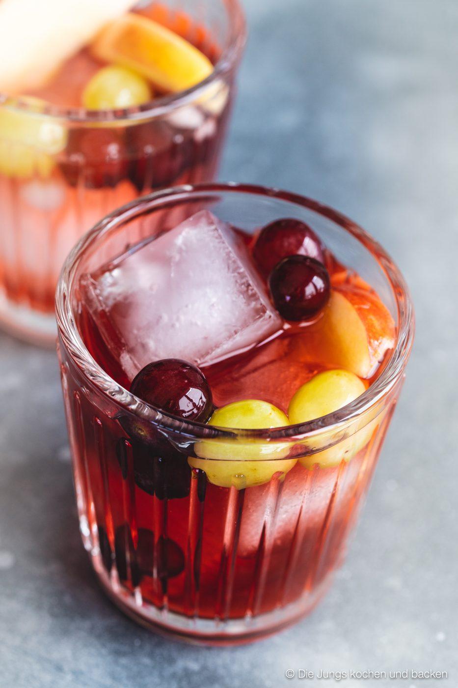 Bowle Saft 7 | Heute haben wir eine wunderbar fruchtige Bowle für euch dabei! Gerade an den warmen Tagen ist man doch für jede Abkühlung dankbar, oder? Aber warum irgendetwas trinken?! Eine erfrischende, alkoholfreie Bowle bringt euch perfekt durch den Tag. Deswegen solltet ihr unbedingt unsere Apfel-Trauben-Bowle mit Ginger Ale und Holunderbeere probieren.