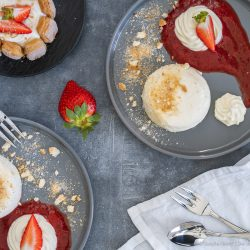 Cheesecake Törtchen 4 | Mögt ihr kleine Törtchen auch so sehr wie wir? Es wurde mal wieder höchste Zeit, ein schönes Törtchen für euch zu kreieren. Da kann man sich mal gemütlich zurücklehnen und dieses wundervolle Cheesecake-Törtchen mit Erdbeeren & Rhabarber voller Genuss verspeisen. Wir und unsere Freunde, waren auf jeden Fall mehr als happy, während und nachdem wir diesen Cheesecake-Traum gegessen hatten und wir sind uns sicher: Euch wird es genauso gehen.
