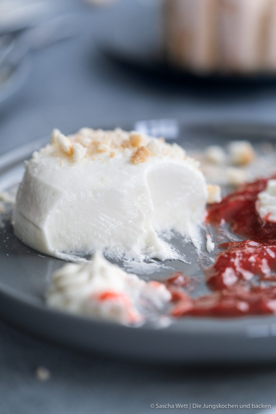 Cheesecake T%C3%B6rtchen 7 | Mögt ihr kleine Törtchen auch so sehr wie wir? Es wurde mal wieder höchste Zeit, ein schönes Törtchen für euch zu kreieren. Da kann man sich mal gemütlich zurücklehnen und dieses wundervolle Cheesecake-Törtchen mit Erdbeeren & Rhabarber voller Genuss verspeisen. Wir und unsere Freunde, waren auf jeden Fall mehr als happy, während und nachdem wir diesen Cheesecake-Traum gegessen hatten und wir sind uns sicher: Euch wird es genauso gehen.