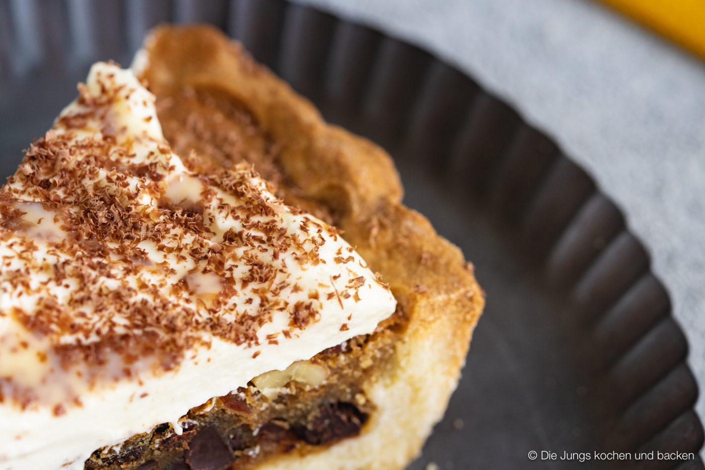 Cookie tarte eierlikör microplane 10 | Und weiter geht's mit unseren Ideen für euer Oster-Brunch. Nach den unverschämt guten Eggs Benedicts muss nun aber auch etwas Süßes auf den Tisch! An Ostern ist Eierlikör ein sehr gern gesehener Gast und auch bei unserem heutigen Rezept spielt er eine leckere Rolle. Wir haben eine wunderbare Sünde für die Ostertage gebacken, die ihr mit Sicherheit lieben werdet - eine Cookie-Tarte mit Tonkabohne & Eierlikör.