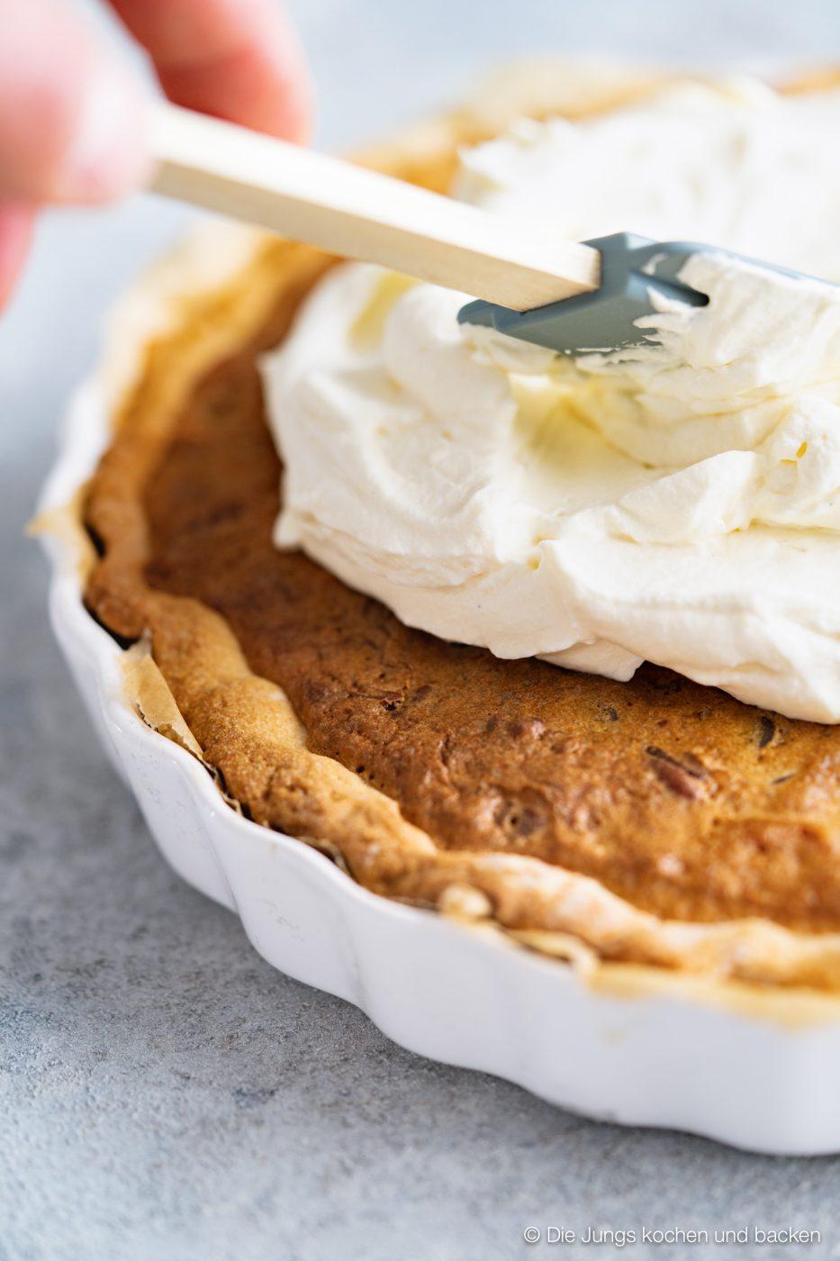 Cookie tarte eierlikör microplane 2 | Und weiter geht's mit unseren Ideen für euer Oster-Brunch. Nach den unverschämt guten Eggs Benedicts muss nun aber auch etwas Süßes auf den Tisch! An Ostern ist Eierlikör ein sehr gern gesehener Gast und auch bei unserem heutigen Rezept spielt er eine leckere Rolle. Wir haben eine wunderbare Sünde für die Ostertage gebacken, die ihr mit Sicherheit lieben werdet - eine Cookie-Tarte mit Tonkabohne & Eierlikör.