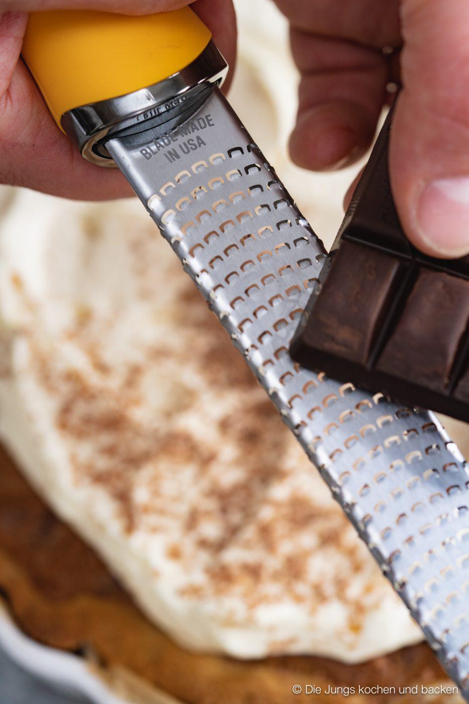 Cookie tarte eierlikör microplane 4 | Und weiter geht's mit unseren Ideen für euer Oster-Brunch. Nach den unverschämt guten Eggs Benedicts muss nun aber auch etwas Süßes auf den Tisch! An Ostern ist Eierlikör ein sehr gern gesehener Gast und auch bei unserem heutigen Rezept spielt er eine leckere Rolle. Wir haben eine wunderbare Sünde für die Ostertage gebacken, die ihr mit Sicherheit lieben werdet - eine Cookie-Tarte mit Tonkabohne & Eierlikör.