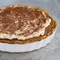 Cookie tarte eierlikör microplane 5 | Und weiter geht's mit unseren Ideen für euer Oster-Brunch. Nach den unverschämt guten Eggs Benedicts muss nun aber auch etwas Süßes auf den Tisch! An Ostern ist Eierlikör ein sehr gern gesehener Gast und auch bei unserem heutigen Rezept spielt er eine leckere Rolle. Wir haben eine wunderbare Sünde für die Ostertage gebacken, die ihr mit Sicherheit lieben werdet - eine Cookie-Tarte mit Tonkabohne & Eierlikör.