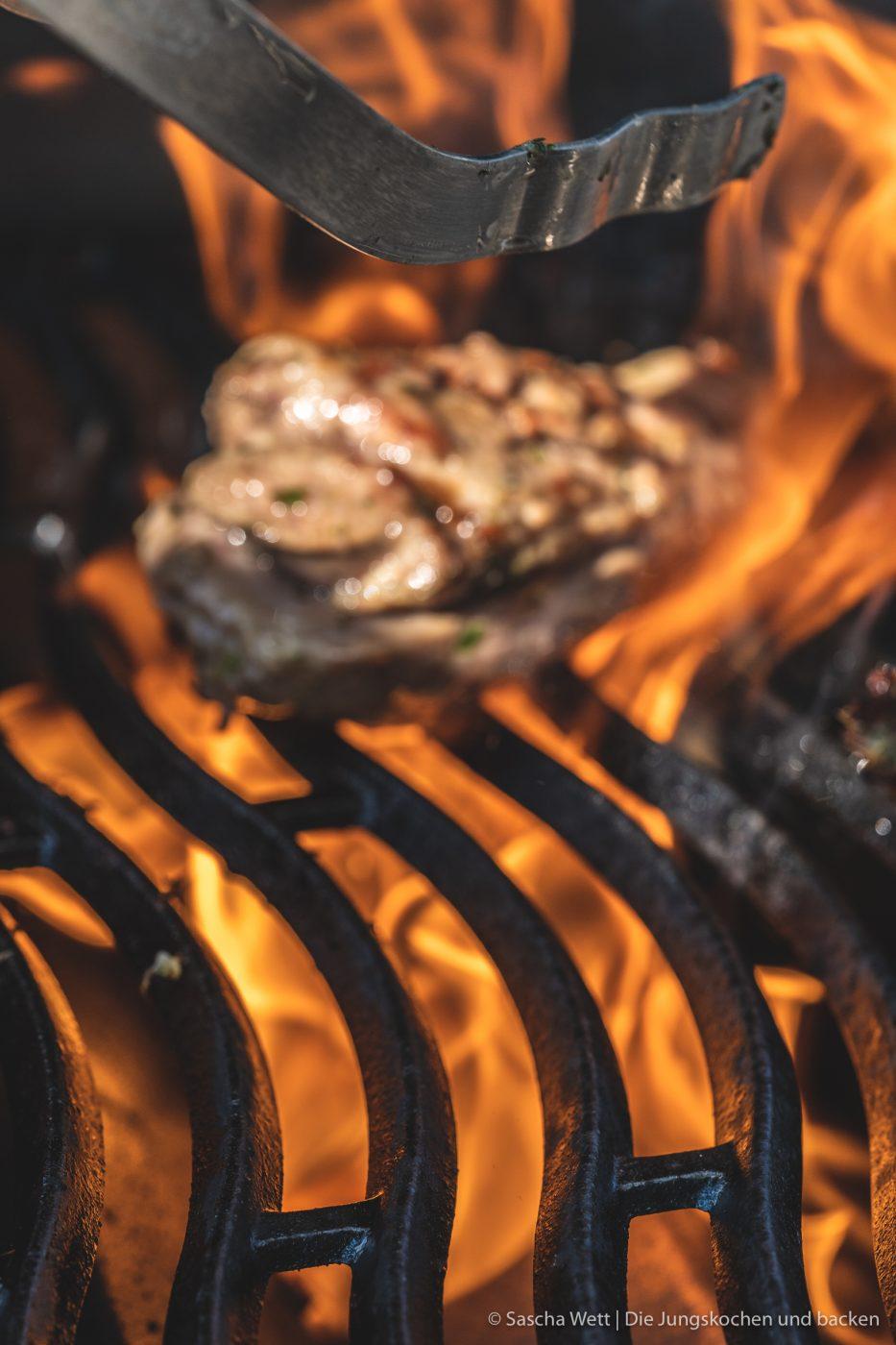 Island Lammfleisch vikingyr 3 | Vor einigen Wochen hatten wir die wundervolle Gelegenheit, das geniale Lammfleisch von Vikingyr kennenzulernen! Der isländische Star-Koch Gísli Matthías Auðunsson hat uns hautnah erleben lassen, wie unglaublich lecker das isländische Lammfleisch schmeckt. Wir und auch die anderen Eventteilnehmer waren einfach sofort Feuer und Flamme!! Warum das Lammfleisch von Vikingyr für uns das beste Lammfleisch ist, das wir bisher probieren durften und was genau dahinter steckt, darüber werden wir euch heute einen genaueren Einblick geben.