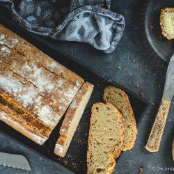 Kartoffelpuffert Kartoffelbrot 1 | Aber sei es drum Kartoffelpuffert ist ein Kartoffelbrot. Es wird aus Weizenmehl, gekochten und rohen Kartoffeln gebacken. Das Rezept stammt von der guten Tante Ida. Sie war - ich hoffe, ihre Familie ist mir da jetzt nicht böse - die so genannte Zeitung von Brüchermühle.