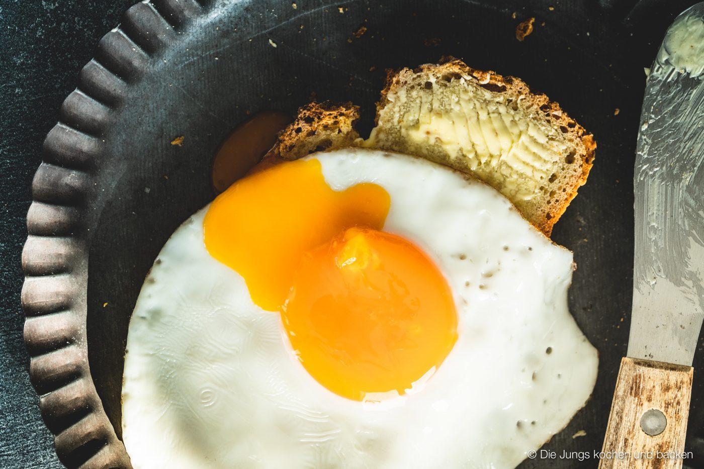 Kartoffelpuffert Kartoffelbrot 6 | Aber sei es drum Kartoffelpuffert ist ein Kartoffelbrot. Es wird aus Weizenmehl, gekochten und rohen Kartoffeln gebacken. Das Rezept stammt von der guten Tante Ida. Sie war - ich hoffe, ihre Familie ist mir da jetzt nicht böse - die so genannte Zeitung von Brüchermühle.