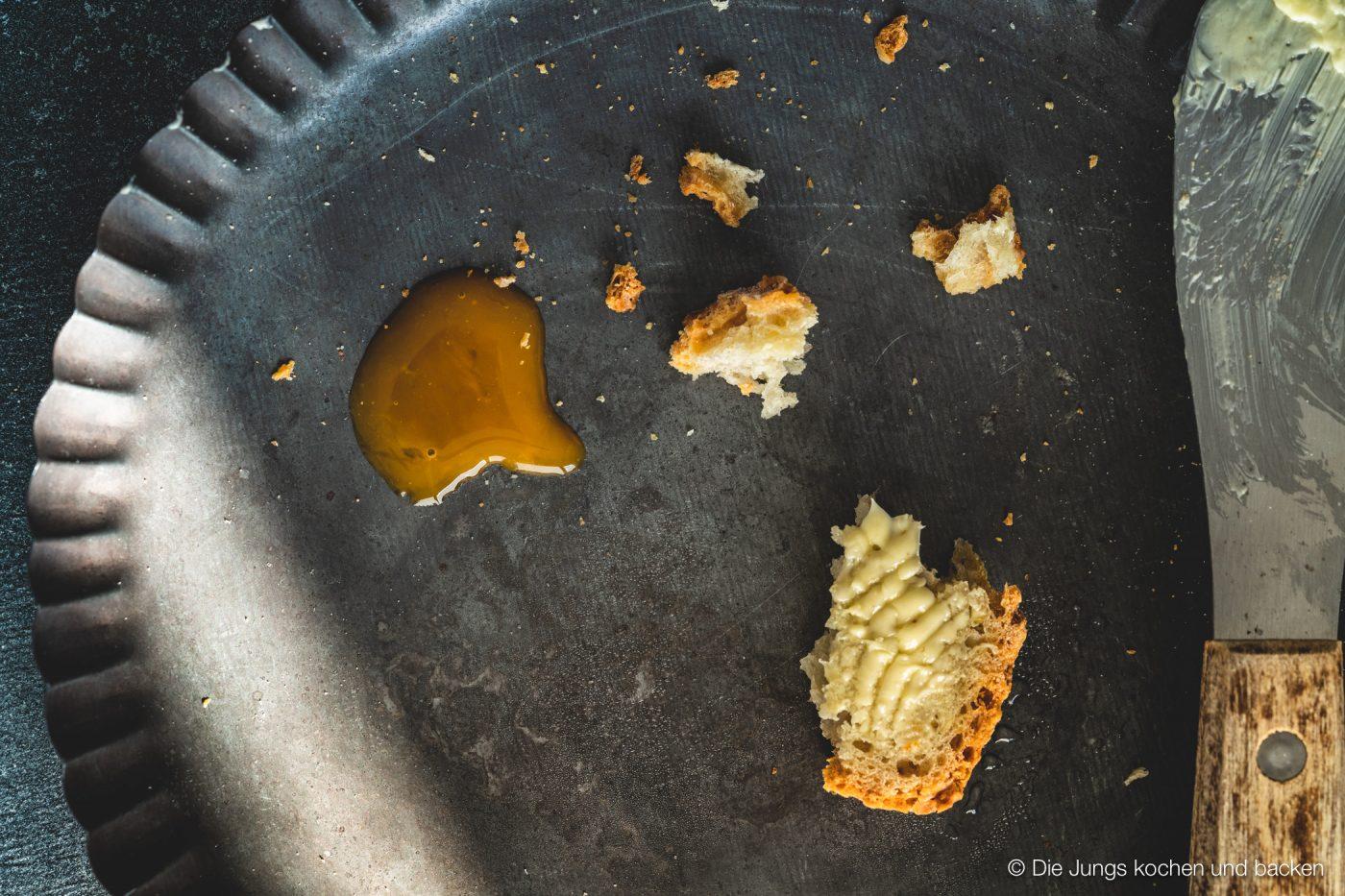 Kartoffelpuffert Kartoffelbrot 8 | Aber sei es drum Kartoffelpuffert ist ein Kartoffelbrot. Es wird aus Weizenmehl, gekochten und rohen Kartoffeln gebacken. Das Rezept stammt von der guten Tante Ida. Sie war - ich hoffe, ihre Familie ist mir da jetzt nicht böse - die so genannte Zeitung von Brüchermühle.