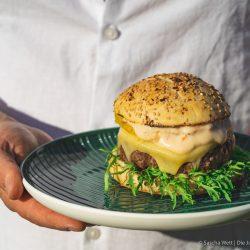 Cheeseburger mit gegrillter Ananas