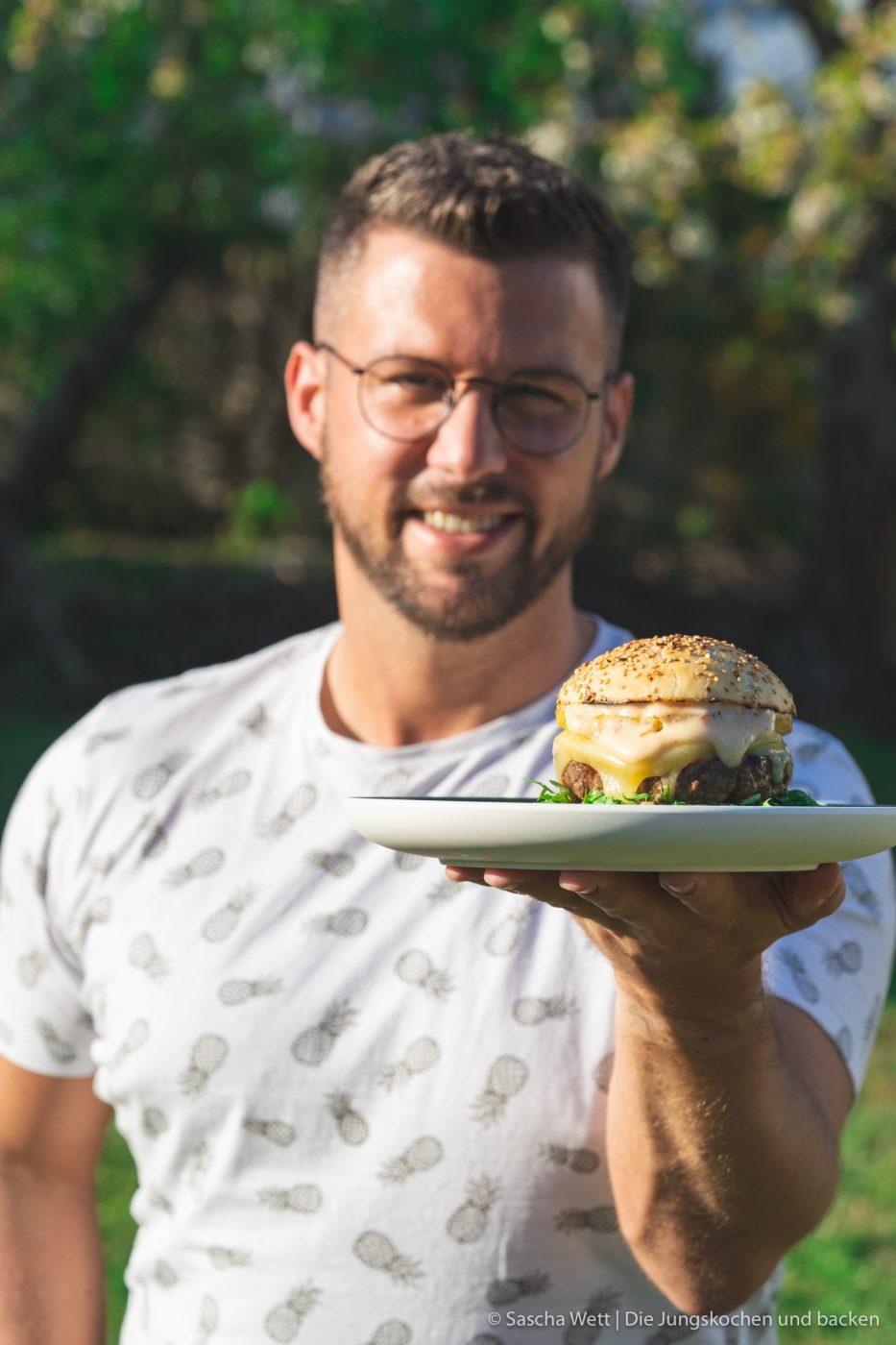 Vintage Cheddar Burger kerrygold 18 | Wir melden uns heute nach den erholsamen Ostertagen wieder mit einem neuen Rezept zurück. Denn auch wenn ihr bestimmt alle mit euren Familien und euren Freunden ein paar leckere Tage verbracht habt, wollen wir euch gleich wieder neue Ideen für danach mit auf den Weg geben. Und dieses Mal auch gleich mit einem yummy Cheeseburger, den wir am Ostersamstag bei den Eltern von Sascha gegrillt haben. Aber nicht einfach irgendein Cheeseburger - ein Cheeseburger mit gegrillter Ananas und Vintage Cheddar!