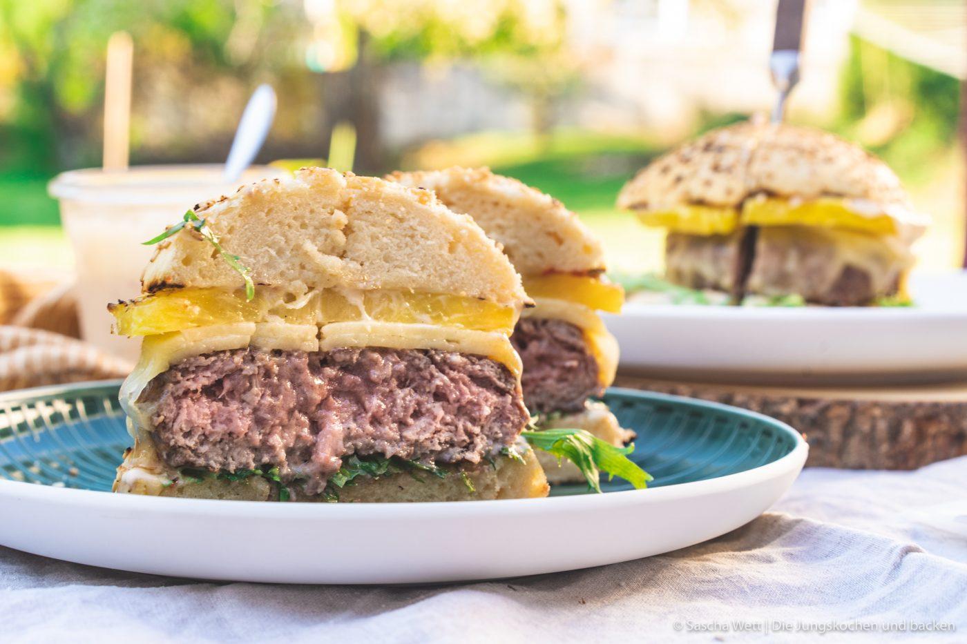 Vintage Cheddar Burger kerrygold 25 | Wir melden uns heute nach den erholsamen Ostertagen wieder mit einem neuen Rezept zurück. Denn auch wenn ihr bestimmt alle mit euren Familien und euren Freunden ein paar leckere Tage verbracht habt, wollen wir euch gleich wieder neue Ideen für danach mit auf den Weg geben. Und dieses Mal auch gleich mit einem yummy Cheeseburger, den wir am Ostersamstag bei den Eltern von Sascha gegrillt haben. Aber nicht einfach irgendein Cheeseburger - ein Cheeseburger mit gegrillter Ananas und Vintage Cheddar!