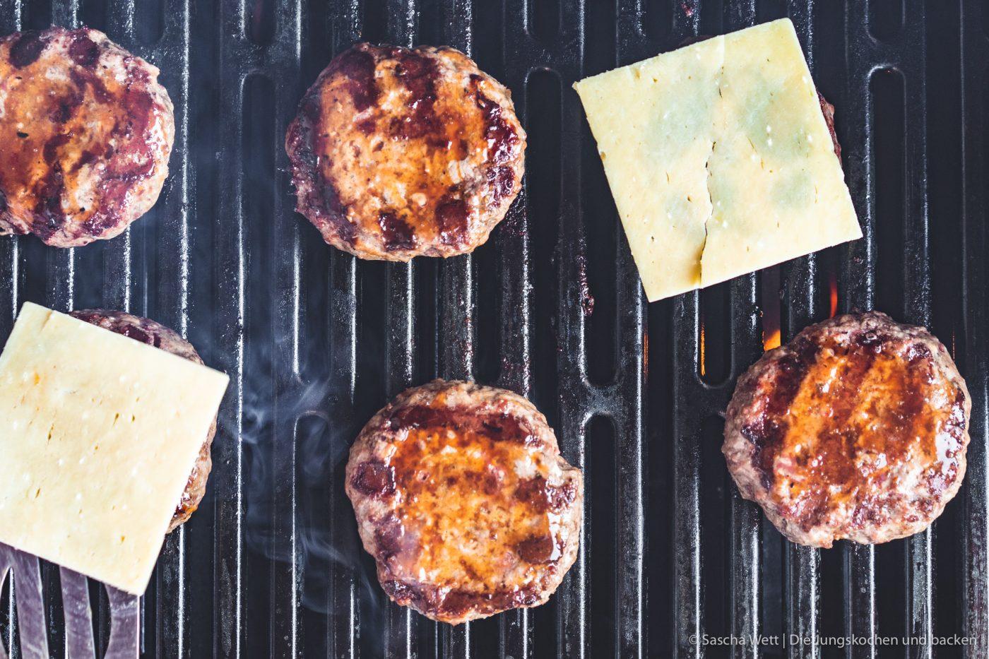 Vintage Cheddar Burger kerrygold 27 | Wir melden uns heute nach den erholsamen Ostertagen wieder mit einem neuen Rezept zurück. Denn auch wenn ihr bestimmt alle mit euren Familien und euren Freunden ein paar leckere Tage verbracht habt, wollen wir euch gleich wieder neue Ideen für danach mit auf den Weg geben. Und dieses Mal auch gleich mit einem yummy Cheeseburger, den wir am Ostersamstag bei den Eltern von Sascha gegrillt haben. Aber nicht einfach irgendein Cheeseburger - ein Cheeseburger mit gegrillter Ananas und Vintage Cheddar!