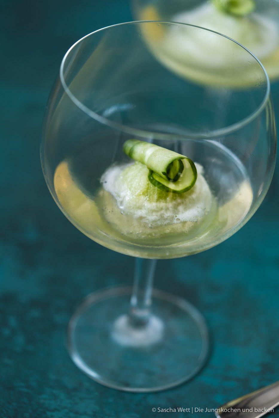 Gurkensorbet Gin Tonix Zwiesel Glas 3 | Unser heutiges Rezept, das wir euch unbedingt zeigen wollen, passt perfekt in jede Jahreszeit. Denn letztlich kann man hin und wieder eine kleine Abkühlung vertragen. Und wenn man unser Gurken-Gin-Sorbet, das wir mit Tonic angießen, auch gut als Dessert verspeisen kann, ist es auch der perfekte Starter für eure nächste Grillparty. Und wer kann auf einen leckeren Gin-Tonic schon verzichten? Wir nicht!