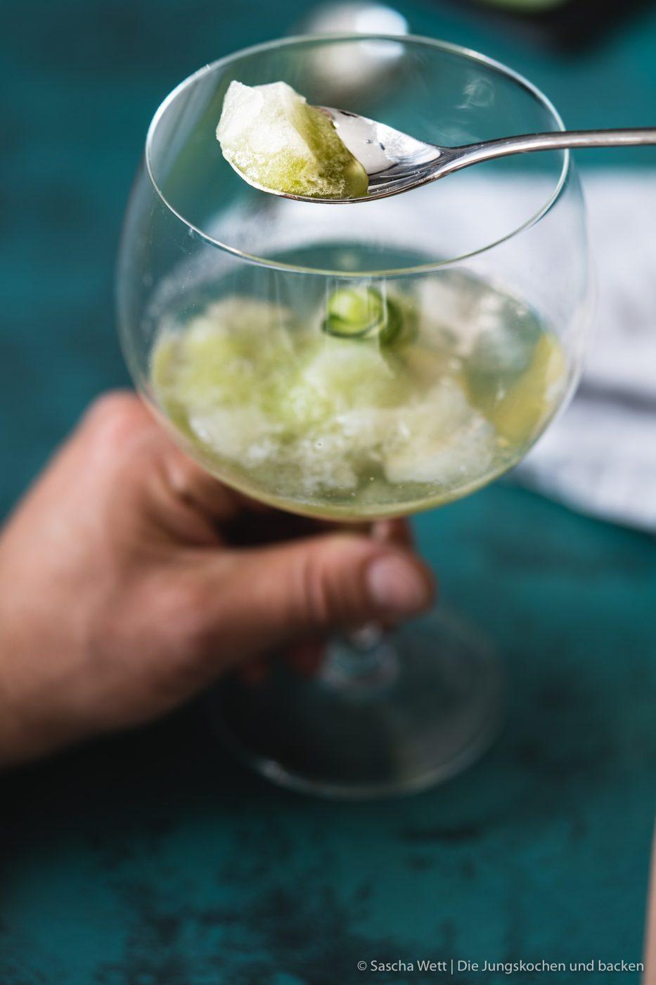 Gurkensorbet Gin Tonix Zwiesel Glas 5 | Unser heutiges Rezept, das wir euch unbedingt zeigen wollen, passt perfekt in jede Jahreszeit. Denn letztlich kann man hin und wieder eine kleine Abkühlung vertragen. Und wenn man unser Gurken-Gin-Sorbet, das wir mit Tonic angießen, auch gut als Dessert verspeisen kann, ist es auch der perfekte Starter für eure nächste Grillparty. Und wer kann auf einen leckeren Gin-Tonic schon verzichten? Wir nicht!