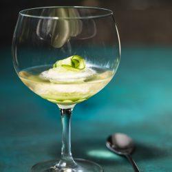 Gurkensorbet Gin Tonix Zwiesel Glas 7 | Unser heutiges Rezept, das wir euch unbedingt zeigen wollen, passt perfekt in jede Jahreszeit. Denn letztlich kann man hin und wieder eine kleine Abkühlung vertragen. Und wenn man unser Gurken-Gin-Sorbet, das wir mit Tonic angießen, auch gut als Dessert verspeisen kann, ist es auch der perfekte Starter für eure nächste Grillparty. Und wer kann auf einen leckeren Gin-Tonic schon verzichten? Wir nicht!
