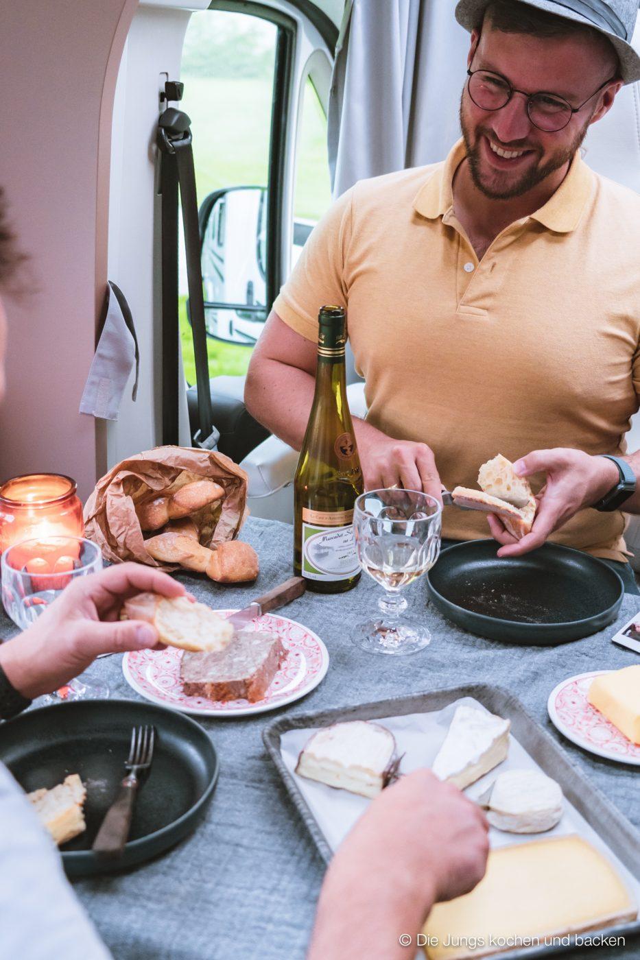 Wohnmobil Etrusco Bretagne 176 | Heute haben wir einen besonderen Reisebericht für euch, denn wir hatten eine absolute Premiere - Reisen mit einem Wohnmobil! 5 Tage lang waren wir unterwegs und unser Ziel war die wunderschöne Smaragdküste in der Bretagne. Hier haben wir es uns kulinarisch richtig gut gehen lassen, tolle Eindrücke gesammelt und vor allem unser schickes Gefährt  von Etrusco ausgiebig testen können. So viel sei verraten ... wir sind extrem angetan von einem Urlaub mit dem Wohnmobil und planen schon die nächste Wohnmobil-Tour.