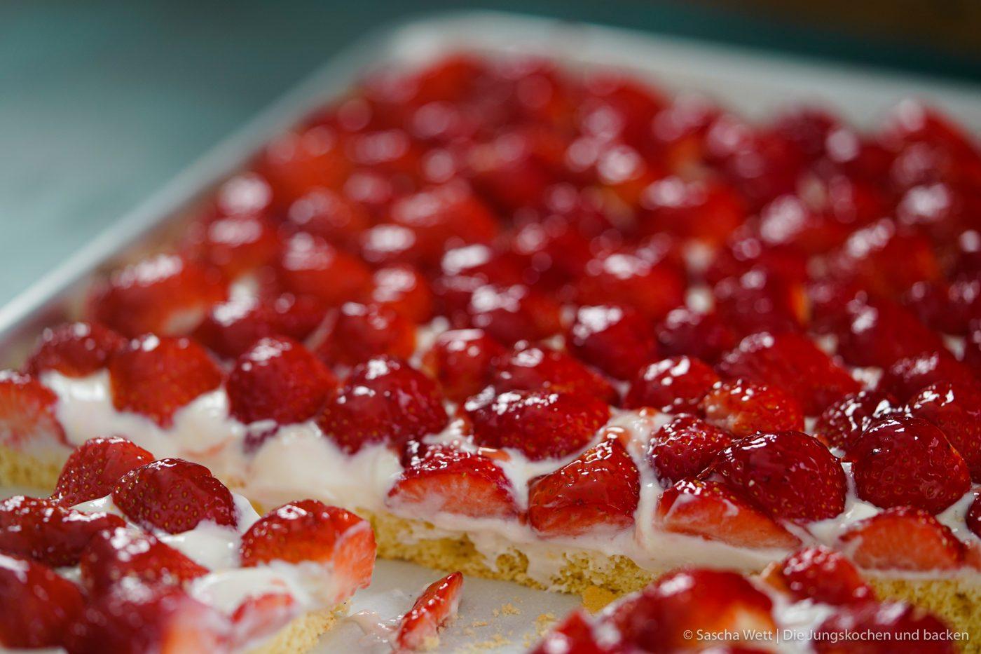 Erdbeer Blechkuchen 4 | Es gibt 2 Früchte, die zur selben Zeit Saison haben, die wir beide super gerne verarbeiten und essen und die auch noch perfekt zusammen passen. Heute ist es zwar nicht der Rhabarber, den wir auf dem Schirm haben, sondern die Erdbeere. Findet ihr nicht auch, dass diese Zeit des Jahres einfach die allerbeste ist, weil ein Erdbeerkuchen oder auch ein Rhabarberkuchen sowas von erfrischend ist, dass man fast jede andere Frucht einfach stehen lassen könnte?! Und dabei gibt es auch noch Millionen Möglichkeiten, die leckeren Früchte zu verarbeiten - da sind der Fantasie keine Grenzen gesetzt.