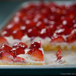 Erdbeer Blechkuchen 6 | Es gibt 2 Früchte, die zur selben Zeit Saison haben, die wir beide super gerne verarbeiten und essen und die auch noch perfekt zusammen passen. Heute ist es zwar nicht der Rhabarber, den wir auf dem Schirm haben, sondern die Erdbeere. Findet ihr nicht auch, dass diese Zeit des Jahres einfach die allerbeste ist, weil ein Erdbeerkuchen oder auch ein Rhabarberkuchen sowas von erfrischend ist, dass man fast jede andere Frucht einfach stehen lassen könnte?! Und dabei gibt es auch noch Millionen Möglichkeiten, die leckeren Früchte zu verarbeiten - da sind der Fantasie keine Grenzen gesetzt.