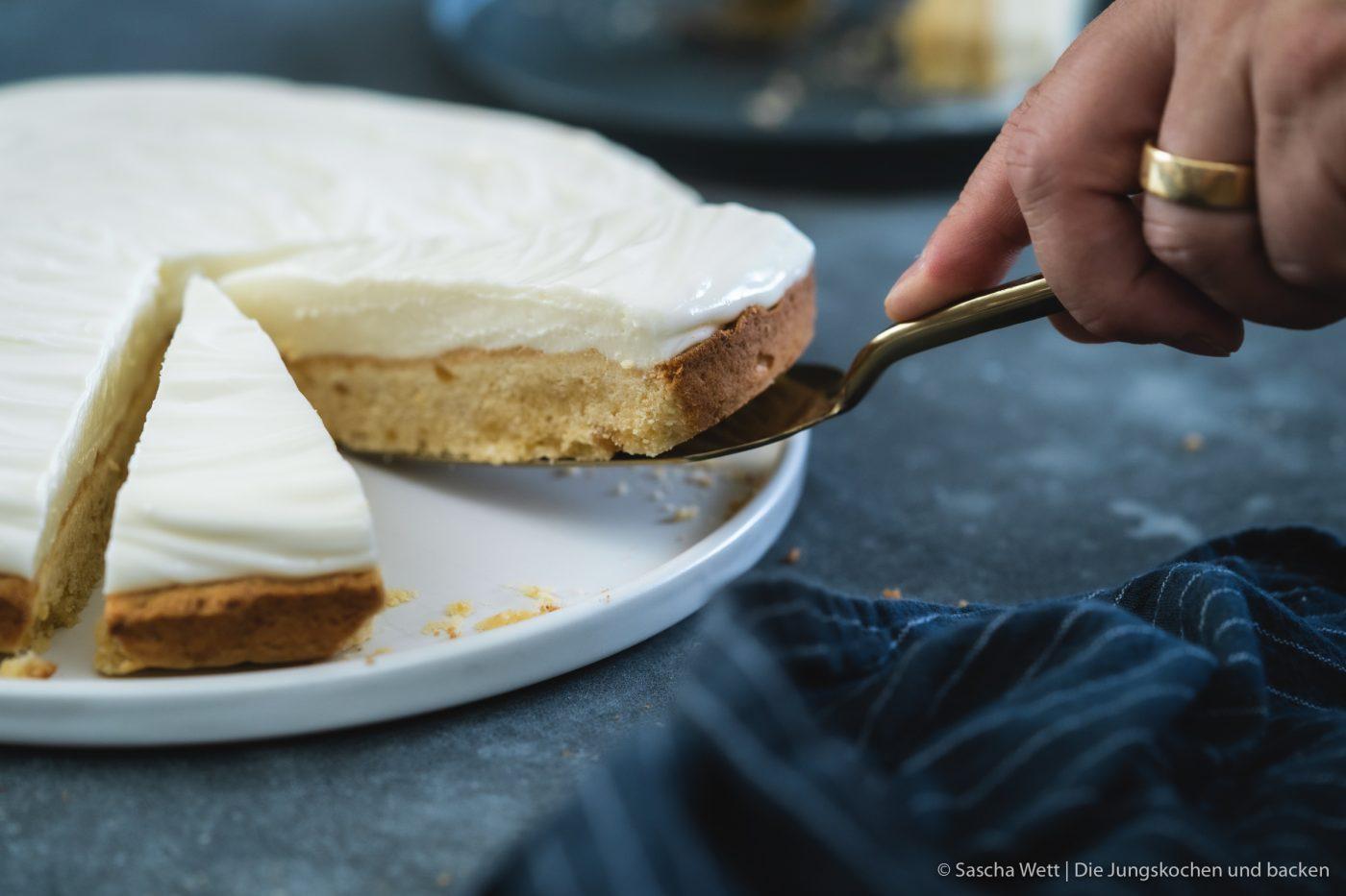 Half Baked Cheesecake HoldenblÅtensirup sommer 7 | Der Sommer startet gerade richtig durch! Wir lieben den Sommer und ja, auch an solchen Tagen mit 36 °C, aber davon reicht auch einer. Schwitzen hin oder her, der Genuss sollte aber nie zu kurz kommen. Wir laden im Sommer so gerne Freunde ein und verbringen eine schöne Zeit auf der Dachterasse. So auch letztes Wochenende und dieser frische und sommerliche Half-Baked Cheesecake war das perfekte Dessert.