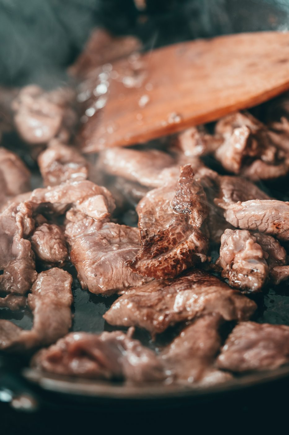 Lammgeschnetzeltes 3 | Wir haben euch ja schon von unserer tollen Erfahrung mit Vikingyr hier bei uns berichtet. Nicht mit Wikingern, sonder mit isländischem Lammfleisch. Was genau es mit diesem wirklich tollen Fleisch zu tun hat, das könnt ihr gerne noch einmal in unserem Beitrag darüber nachlesen. Aber heute geht es um ein neues Rezept, das wir aus diesem zarten und so saftigen Fleisch zubereitet haben. Wie wäre es mit einem orientalischem Lammgeschnetzelten?!