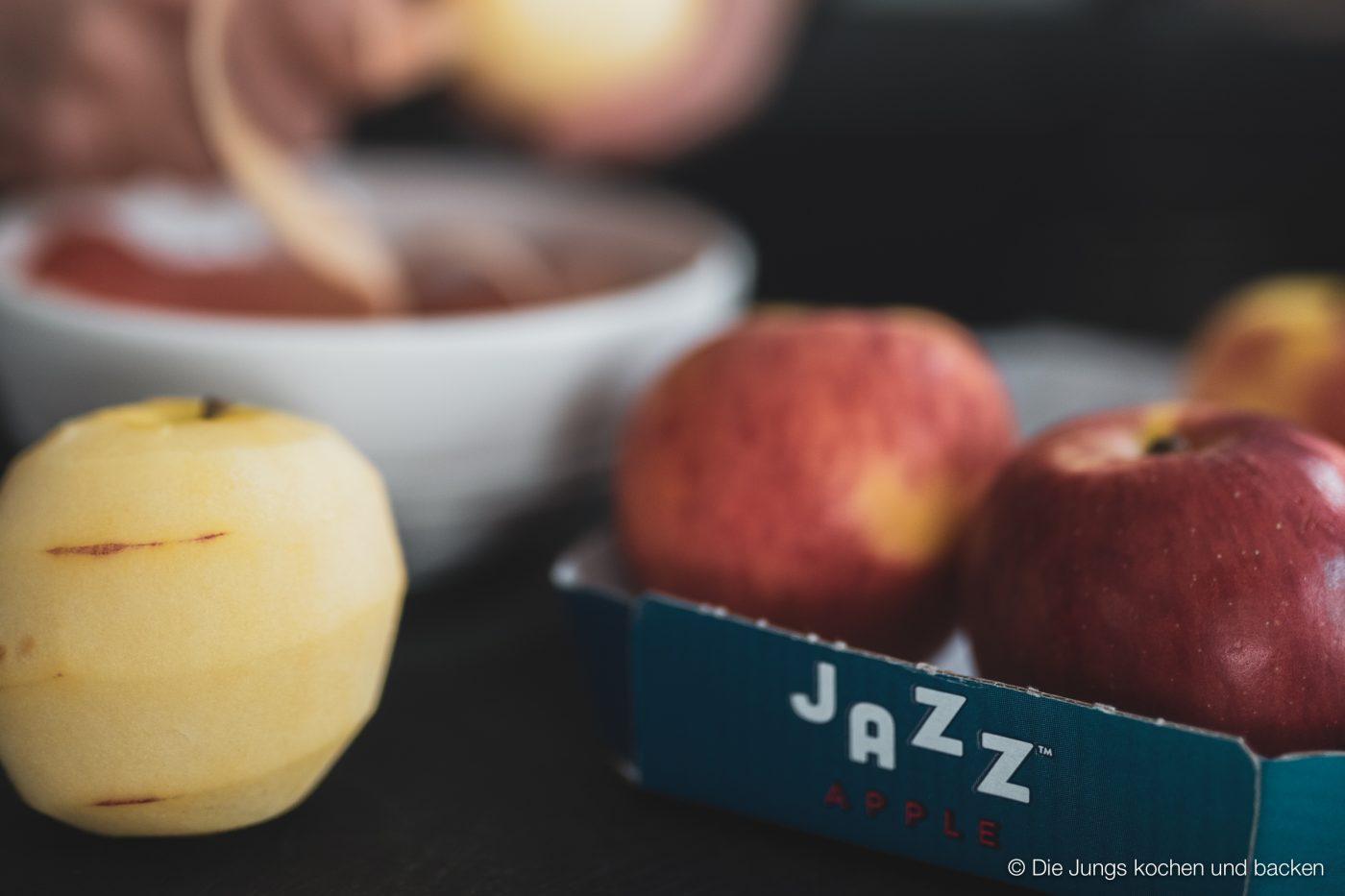 Apple Bites jazz apfel 2 | Kennt ihr das auch? Ihr seid bei der Arbeit, habt mittags nur etwas Kleines gegessen, weil es einfach viel zu heiß war, um sich den Bauch vollzuschlagen und dann kommt der Hunger ganz überraschend. Da greift man dann gerne zu einem Schokoriegel, Kuchen oder Co. Aber jetzt haben wir ein neues Rezept ausprobiert. Unsere Apfel Protein Happen sind der perfekte Snack für zwischendurch - egal ob im Büro, zu Hause oder unterwegs. Meal Prep in Bestform würden wir sagen!