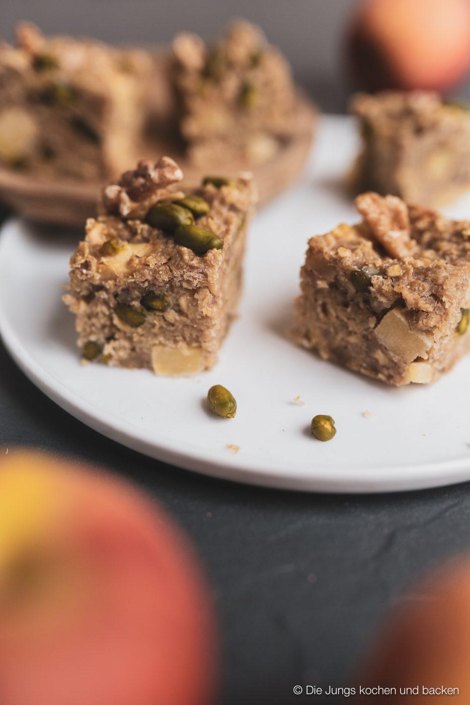 Apple Bites jazz apfel 6 | Kennt ihr das auch? Ihr seid bei der Arbeit, habt mittags nur etwas Kleines gegessen, weil es einfach viel zu heiß war, um sich den Bauch vollzuschlagen und dann kommt der Hunger ganz überraschend. Da greift man dann gerne zu einem Schokoriegel, Kuchen oder Co. Aber jetzt haben wir ein neues Rezept ausprobiert. Unsere Apfel Protein Happen sind der perfekte Snack für zwischendurch - egal ob im Büro, zu Hause oder unterwegs. Meal Prep in Bestform würden wir sagen!