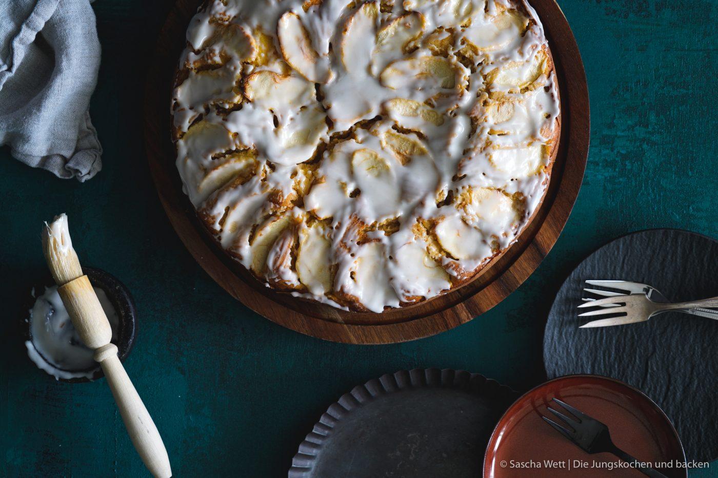 Calvados Apfelkuchen 1 | Wir haben uns gedacht, dass wir euch heute einmal wieder einen neuen Kuchen zeigen müssen. Für dieses Prachtstück haben wir sogar eine kleine Odyssee hinter uns, Aber jetzt kennen wir auch die kleinen versteckten Ecken Frankreichs. Für einen leckeren Apfelkuchen mit Calvados nimmt man sowas aber doch gerne auf sich. Oder was meint ihr?
