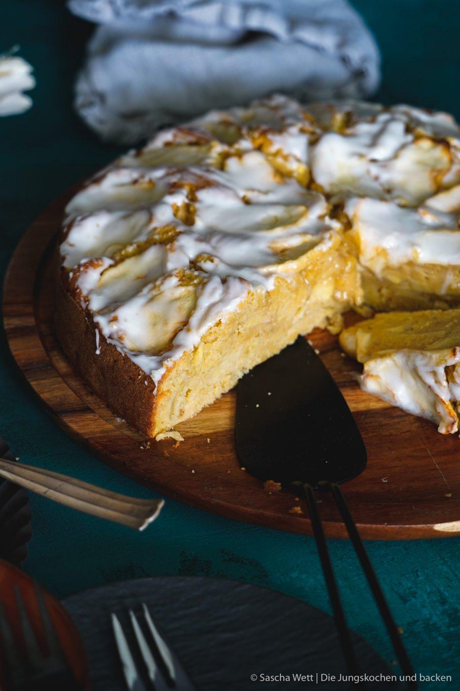 Calvados Apfelkuchen 3 | Wir haben uns gedacht, dass wir euch heute einmal wieder einen neuen Kuchen zeigen müssen. Für dieses Prachtstück haben wir sogar eine kleine Odyssee hinter uns, Aber jetzt kennen wir auch die kleinen versteckten Ecken Frankreichs. Für einen leckeren Apfelkuchen mit Calvados nimmt man sowas aber doch gerne auf sich. Oder was meint ihr?