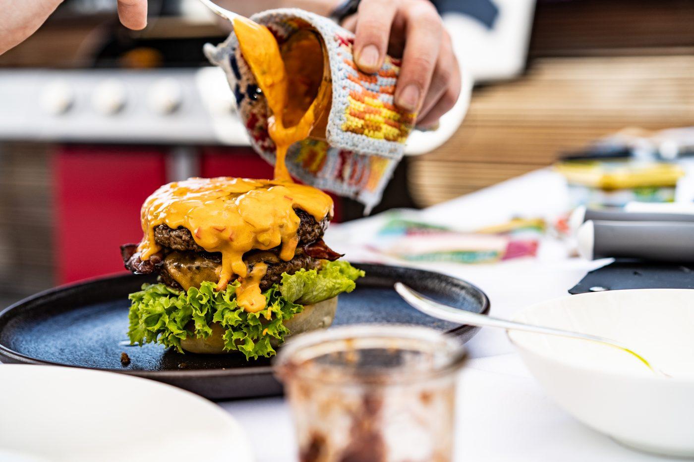 Cheddar Burger Challenge 88 | Wir wissen ja nicht, wie es bei euch so ist, aber wir beide kommen diesen Sommer aus dem Grillen einfach nicht heraus. Aber, wer will das auch schon. Dabei hatten wir in diesem Jahr schon so einige unterschiedliche Zutaten auf dem Grill. Dabei kommt auch immer mal wieder ein leckeres Burger Patty aufs Rost. Heute haben wir aber mal einen etwas anderen Burger für euch. Mit Hähnchen und Kerrygold Cheddar. Also ein Chicken Cheddar Burger.