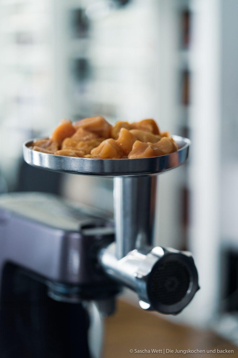 Chicken Peanut Balls ültje pur 1 | Es ist mal wieder Zeit für ein neues Rezept, das wir gemeinsam mit ültje entwickelt haben. Aktuell stehen bestimmt auch viele von euch regelmäßig am Grill und wir dachten, wir zeigen euch ein Knaller-Rezept für eure nächste Grillsession. Unfassbar gute Chicken-Bacon Bombs mit einer würzigen Erdnussfüllung. Da läuft einem doch direkt das Wasser im Mund zusammen, oder?!