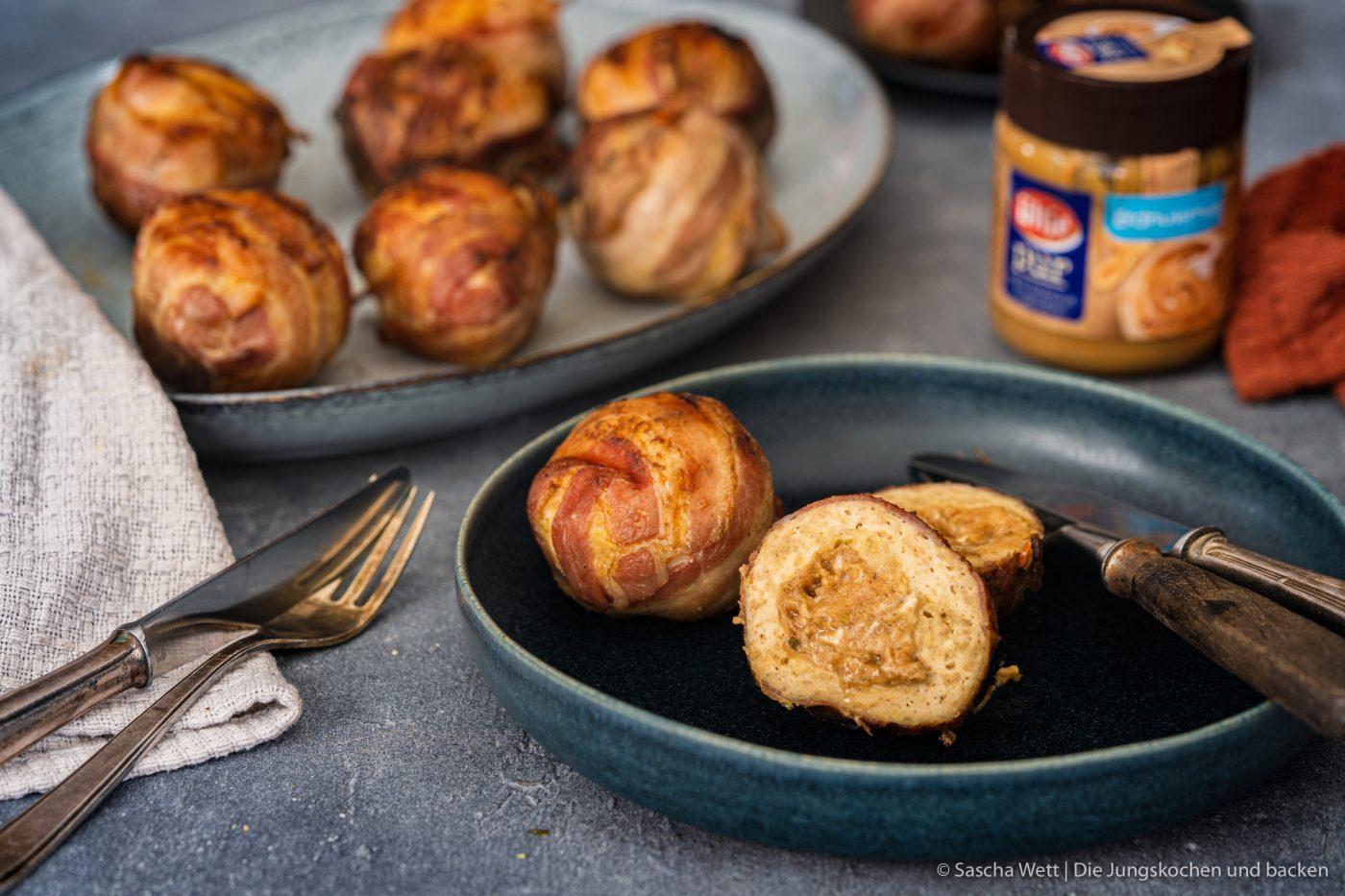 Chicken Peanut Balls ültje pur 13 | Es ist mal wieder Zeit für ein neues Rezept, das wir gemeinsam mit ültje entwickelt haben. Aktuell stehen bestimmt auch viele von euch regelmäßig am Grill und wir dachten, wir zeigen euch ein Knaller-Rezept für eure nächste Grillsession. Unfassbar gute Chicken-Bacon Bombs mit einer würzigen Erdnussfüllung. Da läuft einem doch direkt das Wasser im Mund zusammen, oder?!