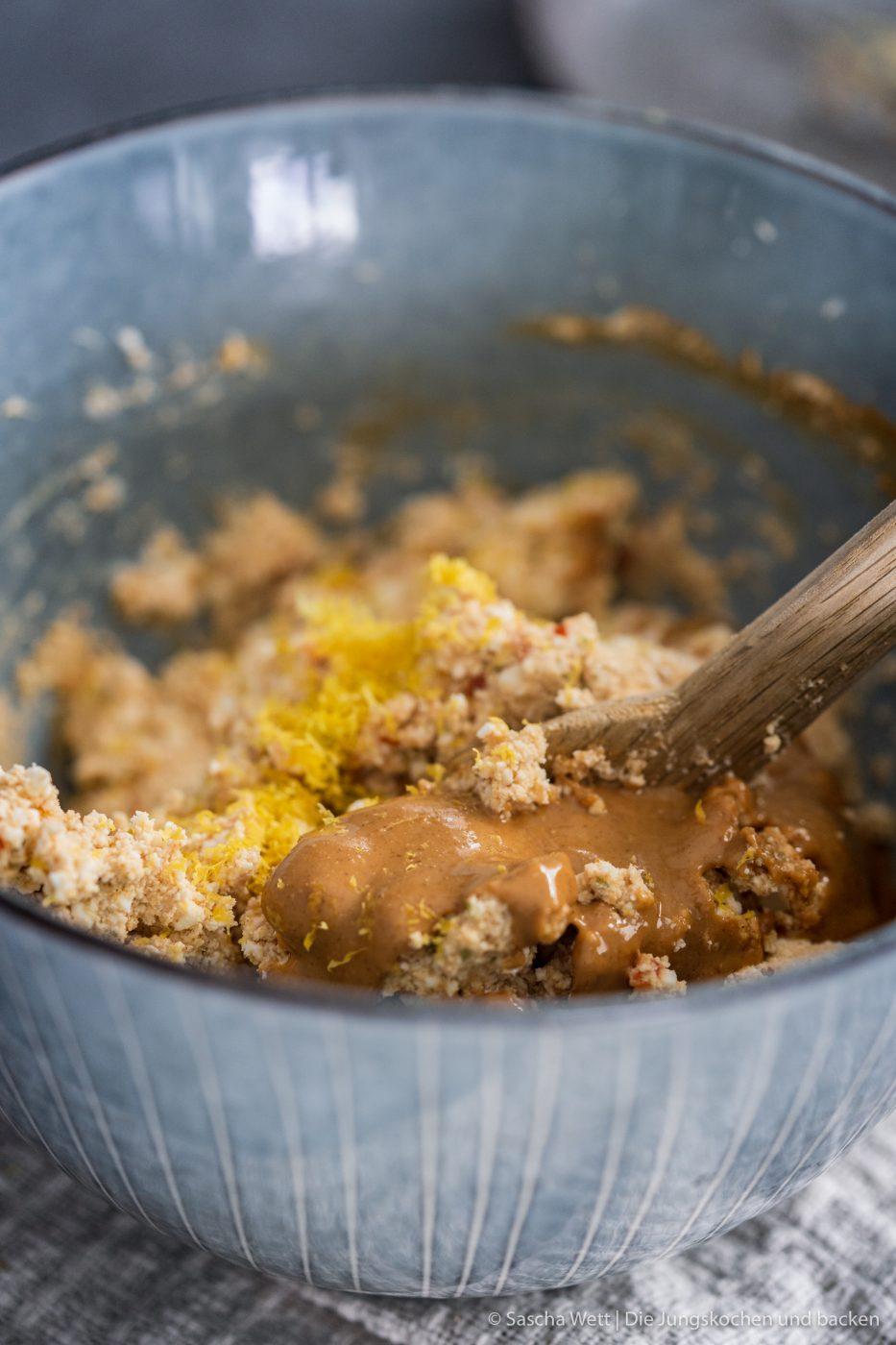 Chicken Peanut Balls ültje pur 7 | Es ist mal wieder Zeit für ein neues Rezept, das wir gemeinsam mit ültje entwickelt haben. Aktuell stehen bestimmt auch viele von euch regelmäßig am Grill und wir dachten, wir zeigen euch ein Knaller-Rezept für eure nächste Grillsession. Unfassbar gute Chicken-Bacon Bombs mit einer würzigen Erdnussfüllung. Da läuft einem doch direkt das Wasser im Mund zusammen, oder?!