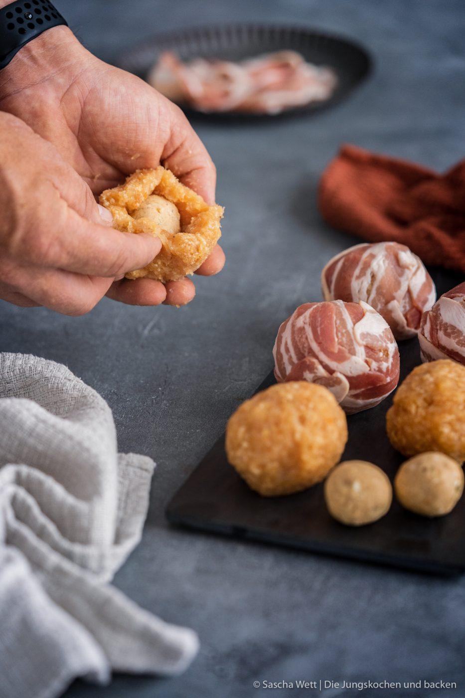 Chicken Peanut Balls ültje pur 8 | Es ist mal wieder Zeit für ein neues Rezept, das wir gemeinsam mit ültje entwickelt haben. Aktuell stehen bestimmt auch viele von euch regelmäßig am Grill und wir dachten, wir zeigen euch ein Knaller-Rezept für eure nächste Grillsession. Unfassbar gute Chicken-Bacon Bombs mit einer würzigen Erdnussfüllung. Da läuft einem doch direkt das Wasser im Mund zusammen, oder?!