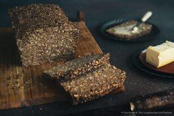 Schwarzbrot 2 | Heute haben wir wieder ein Rezept für euch, das wir mit Erdnüssen zubereitet haben. Und zwar ein selbstgebackenes Brot. Allerdings ist das ein Rezept, das wir schon im Mai, als wir auf unserer Reise mit dem Wohnmobil durch die Bretagne unterwegs waren, zum ersten Mal gebacken haben. Denn auch unterwegs backen wir unser Brot am Liebsten selber! Herausgekommen ist ein richtig tolles Frühstücksbrot und wir wussten, dass wir das unbedingt nochmal in unserem heimischen Offen neu backen müssen, damit ihr das leckere Brot auch nach unserem Rezept selber backen könnt.