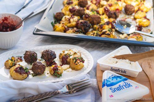 Snorfrisk Smashed Potatoes 19 | Kuchen, Torte und Erdbeeren, darauf freue ich mich immer wie ein kleines Kind! Ihr auch? Irgendwie lieben wir beide aromatische Erdbeeren in allen Formen und daher sind sie natürlich auch zum Backen die perfekten Begleiter. Allerdings backen wir heute gar nicht so richtig, denn unsere Erdbeer-Tiramisu Torte benötigt gar keinen Ofen! Unsere Kenwood Cooking Chef XL und einen Kühlschrank ...mehr braucht es nicht zu diesem himmlischen Genuss.