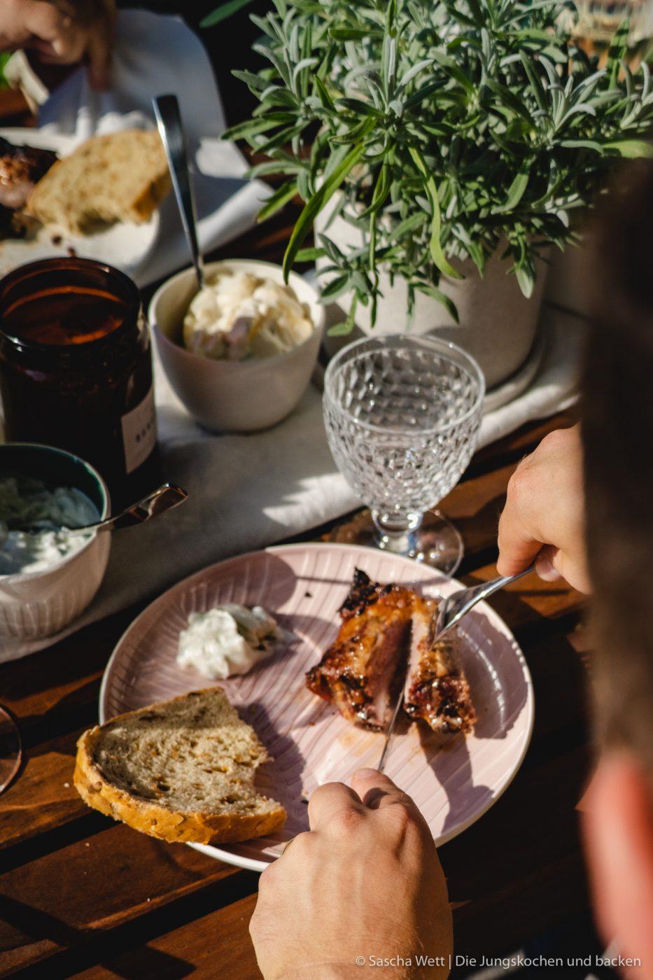 Spare Rips L%C3%AEwensenf BBQ 9 | Heute haben wir es endlich geschafft, eines unserer liebsten Grillgerichte auf den Blog zu bekommen - saftige Spareribs! Allerdings haben wir sie mal nicht mit einer klassischen BBQ-Sauce mariniert, sondern gemeinsam mit Löwensenf eine super leckere Apfel-Senf-Marinade entwickelt und der fruchtig, scharfe Geschmack ist einfach perfekt.