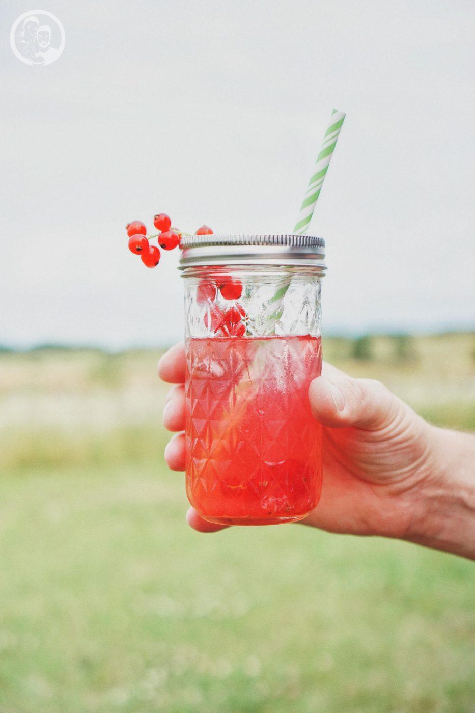 johannisbeer thymian limonade sommer frisch einfach rezept blog foodblog k%C3%B6ln 2 | Wir sind so richtige Sommer-Menschen ... gemütlich spazieren gehen, grillen und jeden Sonnenstrahl aufsaugen.Jetzt sagt der Kalender noch immer, es ist Sommer ... bis Freitag! Grund genugeuch noch einmal den Sommer zurück zu holen. Womit wir das am Besten hinbekommen? Na mit unserer JOHANNISBEER-THYMIAN LIMONADE natürlich. Die ist flott gemacht und einfach super erfrischend!