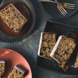 Nusskuchen oma lore 3 | In 2014 haben wir dieses Rezept zum ersten Mal ausprobiert und auch dann sofort auf den Blog gestellt, denn es verbindet am meisten natürlich Torsten, aber auch Sascha so viel mit dieser Leckerei, dass wir ihn sofort mit euch teilen mussten.DerKuchen, über den wir sprechen, ist DER Allrounder Kuchen, aber vor Allem DER Geburtstagskuchen, den unsere Oma schon seit 75 Jahren backt bzw. bis 2014 gebacken hatte.