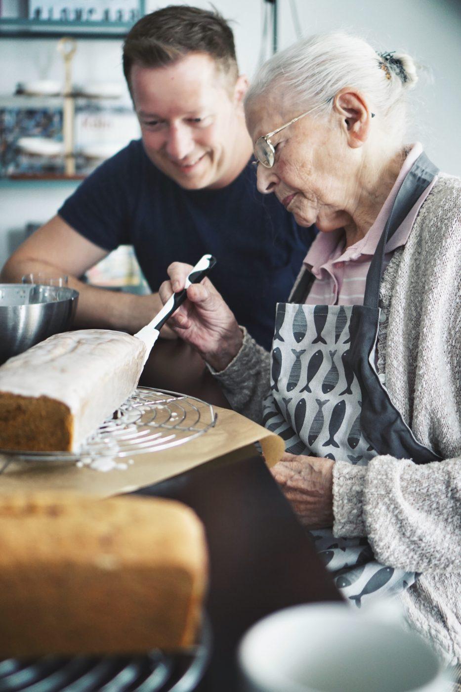 Omas Lores Nusskuchen 63 | In 2014 haben wir dieses Rezept zum ersten Mal ausprobiert und auch dann sofort auf den Blog gestellt, denn es verbindet am meisten natürlich Torsten, aber auch Sascha so viel mit dieser Leckerei, dass wir ihn sofort mit euch teilen mussten.DerKuchen, über den wir sprechen, ist DER Allrounder Kuchen, aber vor Allem DER Geburtstagskuchen, den unsere Oma schon seit 75 Jahren backt bzw. bis 2014 gebacken hatte.