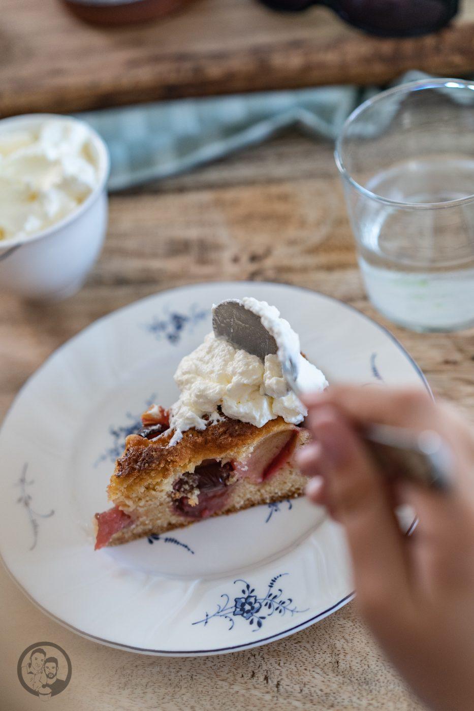 Schneller Pflaumenkuchen 5 | Vor fast einem Jahr hatten wir die Ehre, einen Gastbeitrag zu schreiben. Und zwar hatte damals Toni von Antonella's Backblog, einige liebe Bloggerkollegen gefragt, ob sie eine Art Urlaubsvertretung für sie machen könnten. Und bei so etwas, sind wir immer gerne dabei, wenn wir selber Zeit haben. Und was für ein Rezept ist es geworden? Schneller Pflaumenkuchen.
