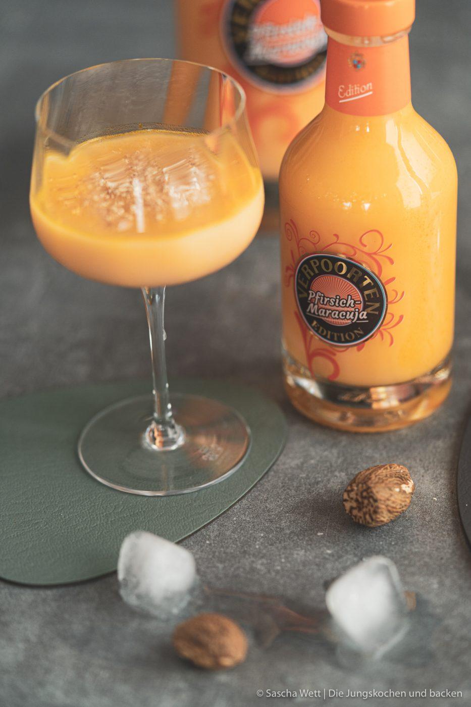 Sundown Eggnog Verpoorten 4 | Wir gehen auch schon in die zweite Runde unserer IGTV-Reihe Unser Schnapsregal! Dieses Mal haben wir einen leckeren Cocktail für euch im Gepäck und der ist der perfekte Drink für einen entspannten Feierabend. Wenn die Sonne orangerot am Himmel steht, kann man so langsam in den Entspannungsmodus wechseln, denn das ist doch die schönste Zeit des Tages. Genau für diese Stunden haben wir den Sundown Eggnog kreiert - so heißt unsere Eierlikör-Cocktail-Kreation. Wir sind RIESEN Fans von Eierlikör, das wisst ihr ja alle. Und daher können wir nicht glücklicher sein, das Traditionsunternehmen Verpoorten an unserer Seite zu wissen.