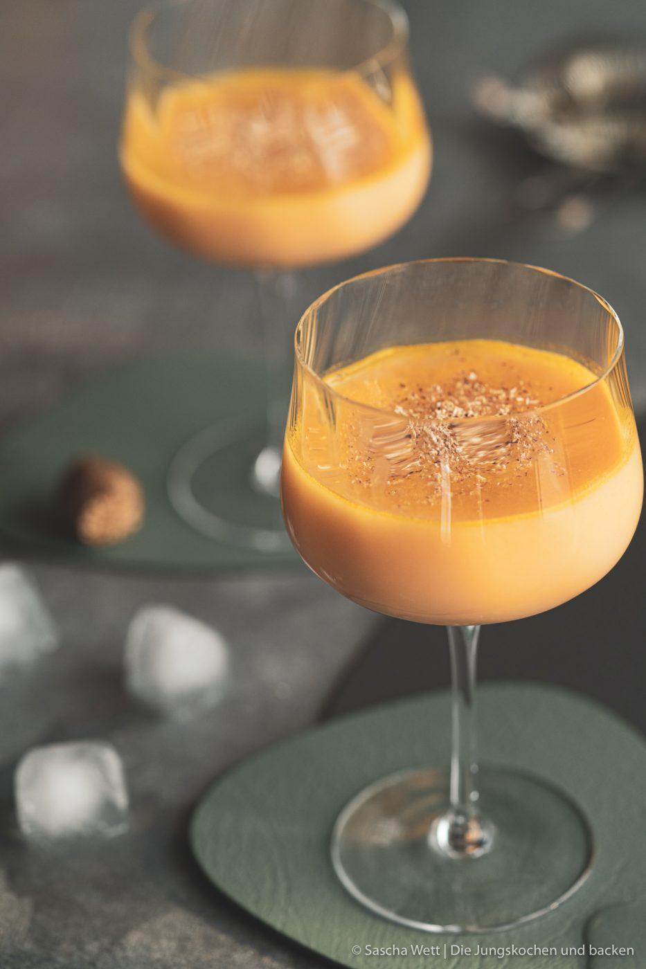 Sundown Eggnog Verpoorten 5 | Wir gehen auch schon in die zweite Runde unserer IGTV-Reihe Unser Schnapsregal! Dieses Mal haben wir einen leckeren Cocktail für euch im Gepäck und der ist der perfekte Drink für einen entspannten Feierabend. Wenn die Sonne orangerot am Himmel steht, kann man so langsam in den Entspannungsmodus wechseln, denn das ist doch die schönste Zeit des Tages. Genau für diese Stunden haben wir den Sundown Eggnog kreiert - so heißt unsere Eierlikör-Cocktail-Kreation. Wir sind RIESEN Fans von Eierlikör, das wisst ihr ja alle. Und daher können wir nicht glücklicher sein, das Traditionsunternehmen Verpoorten an unserer Seite zu wissen.