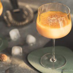 Sundown Eggnog Verpoorten 6 | Wir gehen auch schon in die zweite Runde unserer IGTV-Reihe Unser Schnapsregal! Dieses Mal haben wir einen leckeren Cocktail für euch im Gepäck und der ist der perfekte Drink für einen entspannten Feierabend. Wenn die Sonne orangerot am Himmel steht, kann man so langsam in den Entspannungsmodus wechseln, denn das ist doch die schönste Zeit des Tages. Genau für diese Stunden haben wir den Sundown Eggnog kreiert - so heißt unsere Eierlikör-Cocktail-Kreation. Wir sind RIESEN Fans von Eierlikör, das wisst ihr ja alle. Und daher können wir nicht glücklicher sein, das Traditionsunternehmen Verpoorten an unserer Seite zu wissen.