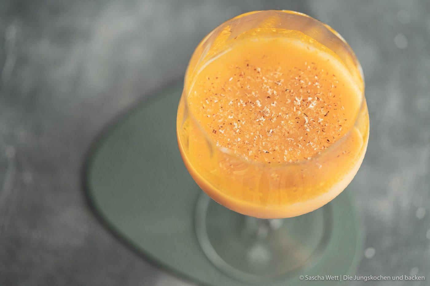 Sundown Eggnog Verpoorten 7 | Wir gehen auch schon in die zweite Runde unserer IGTV-Reihe Unser Schnapsregal! Dieses Mal haben wir einen leckeren Cocktail für euch im Gepäck und der ist der perfekte Drink für einen entspannten Feierabend. Wenn die Sonne orangerot am Himmel steht, kann man so langsam in den Entspannungsmodus wechseln, denn das ist doch die schönste Zeit des Tages. Genau für diese Stunden haben wir den Sundown Eggnog kreiert - so heißt unsere Eierlikör-Cocktail-Kreation. Wir sind RIESEN Fans von Eierlikör, das wisst ihr ja alle. Und daher können wir nicht glücklicher sein, das Traditionsunternehmen Verpoorten an unserer Seite zu wissen.